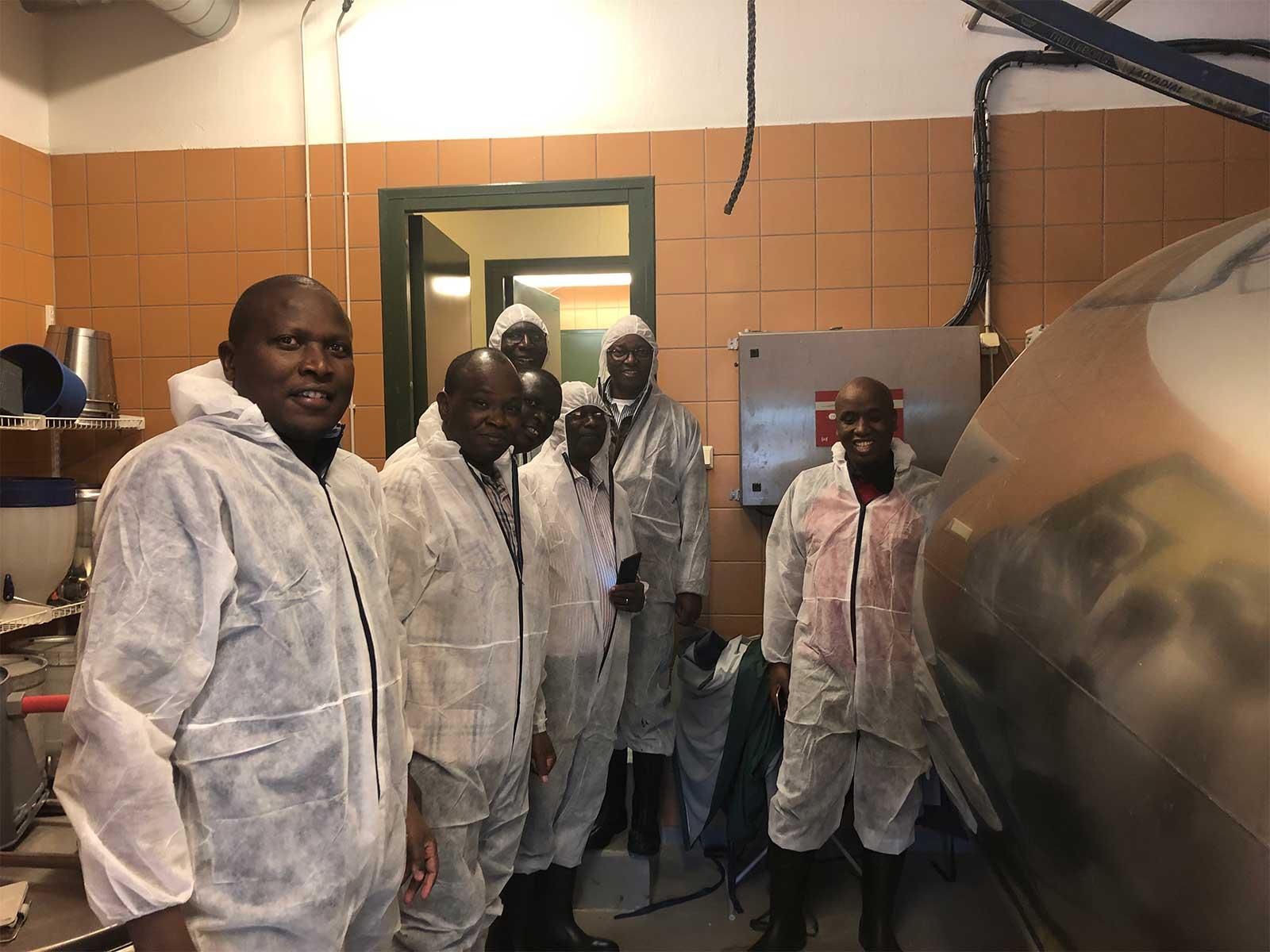 Vapun viettoa haalareissa kenialaisten maidontuottajien kanssa